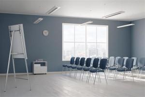 Leerer Seminarraum mit vielen Stühlen in Reihen aufgestellt
